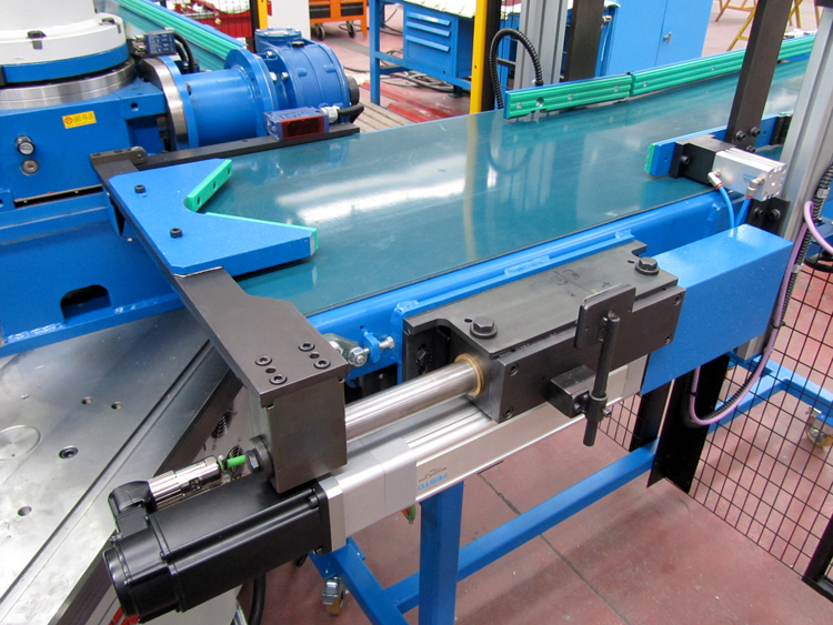 Servo Driven Incoming Conveyor Belt on Auto-Loading RA-700